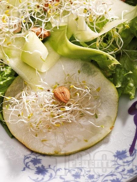 Салата с круши, тиквички, кълнове и кайсиеви ядки - снимка на рецептата